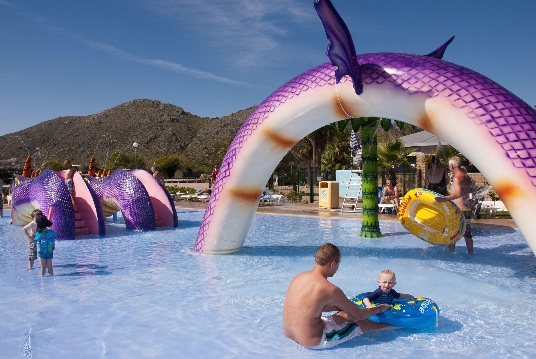 Hotelowy basen dla dzieci na Majorce